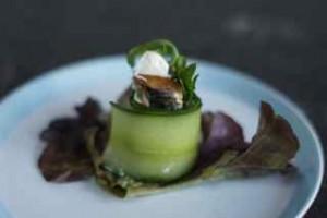 Amuse van komkommer met makreel